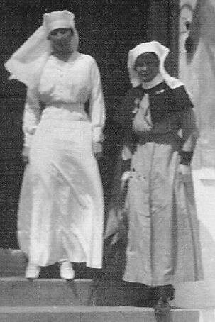 Here's a photo of Matron Jessie Congleton (right) on the steps of No.32 Stationary Hospital, Wimereux (formerly the Australian Voluntary Hospital) together with Lady Murray. This is taken from a larger image which Sue Light has kindly allowed me to 'borrow' from an item posted on her This Intrepid Band blog on 22 July 2013. Click here to view.